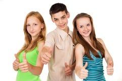 Молодое о'кей знака выставки мальчика и девушки Стоковые Изображения