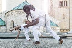 Молодое партнерство capoeira пар, эффектный спорт Стоковое Изображение