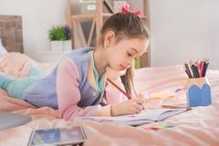 Молодое подростка девушки детство самостоятельно дома Стоковая Фотография RF