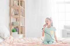 Молодое подростка девушки детство самостоятельно дома Стоковые Фотографии RF