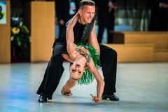 Молодое представление танцоров пар на событии Стоковая Фотография