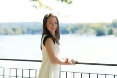 Молодое привлекательное положение девушки Стоковое фото RF