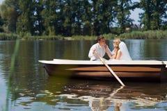 Молодое плавание пар свадьбы на шлюпке Стоковое Изображение RF
