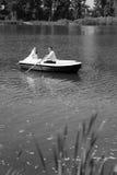 Молодое плавание пар свадьбы на шлюпке Стоковые Изображения RF