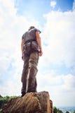 Молодое скалолазание альпиниста Стоковые Фотографии RF