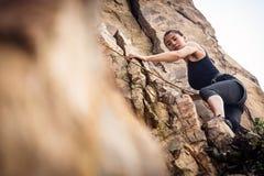 Молодое скалолазание альпиниста Стоковые Изображения RF