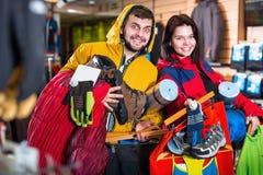Молодое счастливое демонстрируя новое туристское оборудование Стоковое Фото