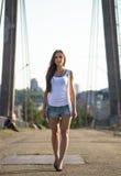 Молодое счастливое кавказское walkong женщины на старом мосте в парке города внешнем Ослабьте концепцию лета образа жизни Стоковые Фото
