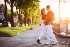 Молодое танго танцев пар на набережной Стоковое Фото