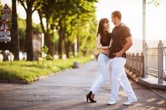 Молодое танго танцев пар на набережной Стоковые Фото