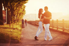 Молодое танго танцев пар на набережной Стоковое Изображение