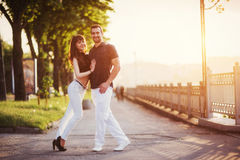 Молодое танго танцев пар на набережной Стоковое Изображение RF