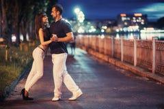 Молодое танго танцев пар на обваловке Стоковое Изображение