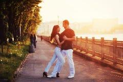 Молодое танго танцев пар на обваловке Стоковые Изображения