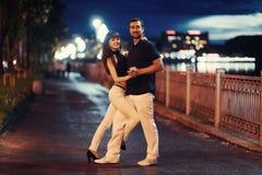 Молодое танго танцев пар на обваловке Стоковая Фотография RF