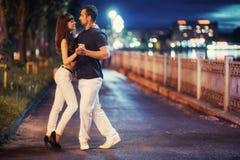Молодое танго танцев пар на обваловке Стоковая Фотография