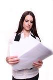 Молодое чтение бизнес-леди на белой предпосылке Стоковое Изображение RF