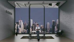 Молодое чтение юриста в комнате офиса с горизонтом города на заднем плане, отснятый видеоматериал запаса акции видеоматериалы