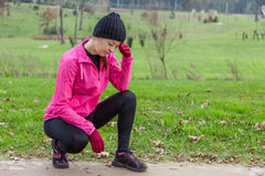 Молодое чувство женщины спортсмена lightheaded или с головной болью Стоковое фото RF