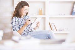 Молодое businesslady сочинительство в блокноте Стоковое Фото