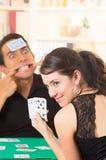 Молодое cuarenta играя карточек пар Стоковые Изображения