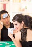 Молодое cuarenta играя карточек пар Стоковое фото RF