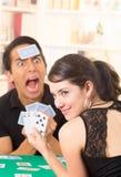 Молодое cuarenta играя карточек пар Стоковая Фотография RF
