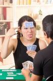 Молодое cuarenta играя карточек пар Стоковые Фотографии RF