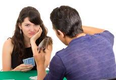 Молодое cuarenta играя карточек пар Стоковое Изображение RF