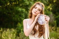 Молодое redheaded dreamcatcher усмехаться и владением девушки Стоковая Фотография RF