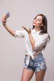 Молодое selfie взятия девушки красоты на телефоне Стоковое Фото