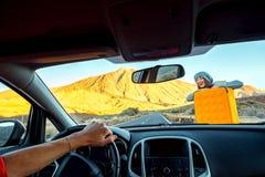 Молодой автостопщик на дороге стоковые фотографии rf