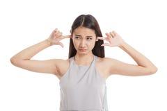 Молодой азиатский блок женщины оба уш с пальцами Стоковое Изображение