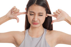 Молодой азиатский блок женщины оба уш с пальцами Стоковые Изображения RF