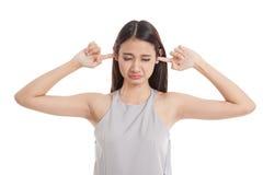 Молодой азиатский блок женщины оба уш с пальцами Стоковое фото RF