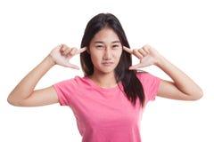 Молодой азиатский блок женщины оба уш с пальцами Стоковое Изображение RF