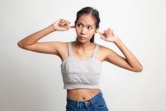 Молодой азиатский блок женщины оба уш с пальцами Стоковые Фото