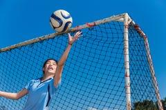 Молодой азиатский голкипер девушки улавливая шарик Стоковое Изображение RF