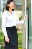 Молодой азиатский женский исполнительный усмехаясь портрет стоковое изображение