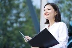 Молодой азиатский женский исполнительный файл удерживания Стоковая Фотография