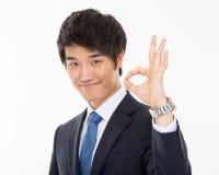 Молодой азиатский знак о'кей показа бизнесмена Стоковая Фотография