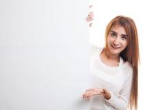 Молодой азиатский знак пробела настоящего момента женщины с рукой ладони Стоковые Фотографии RF