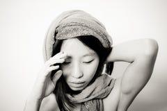 Молодой азиатский конец женщины вверх смотря вниз с думать Стоковое Фото