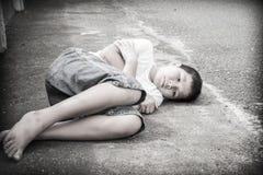 Молодой азиатский мальчик сидя самостоятельно Стоковые Фото