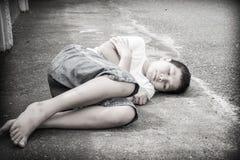 Молодой азиатский мальчик сидя самостоятельно Стоковые Фотографии RF