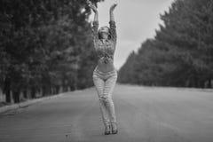 Молодой азиатский модельный подросток в стиле hippie представляя на скоростном шоссе Черн-белое фото Стоковая Фотография