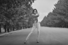 Молодой азиатский модельный подросток в стиле hippie представляя на скоростном шоссе Черн-белое фото Стоковые Фотографии RF