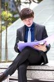Молодой азиатский мужской файл удерживания руководителя бизнеса стоковое фото