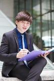 Молодой азиатский мужской файл удерживания руководителя бизнеса стоковая фотография rf