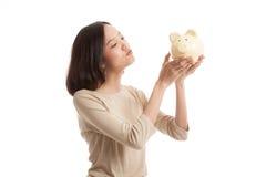 Молодой азиатский поцелуй бизнес-леди розовый банк монетки Стоковая Фотография RF